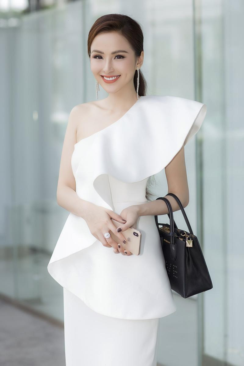Xuất hiện lạ hoắc thế này, bạn có nhận ra đây là Hoa hậu nổi tiếng nào của showbiz Việt?-5