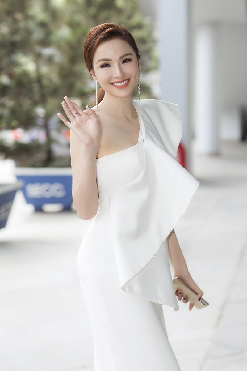Xuất hiện lạ hoắc thế này, bạn có nhận ra đây là Hoa hậu nổi tiếng nào của showbiz Việt?-6