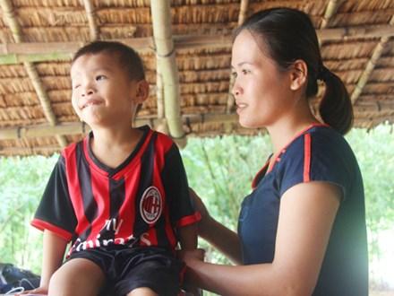 Phép màu đến với bé trai 4 tuổi mù một mắt, luôn hỏi mẹ ngây ngô: