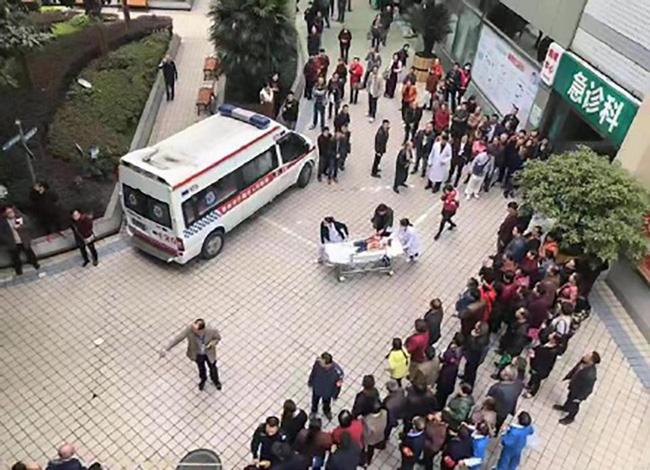 Trung Quốc: Người phụ nữ loạn trí cầm dao chặt thịt tấn công trường mẫu giáo, ít nhất 14 học sinh bị thương-1