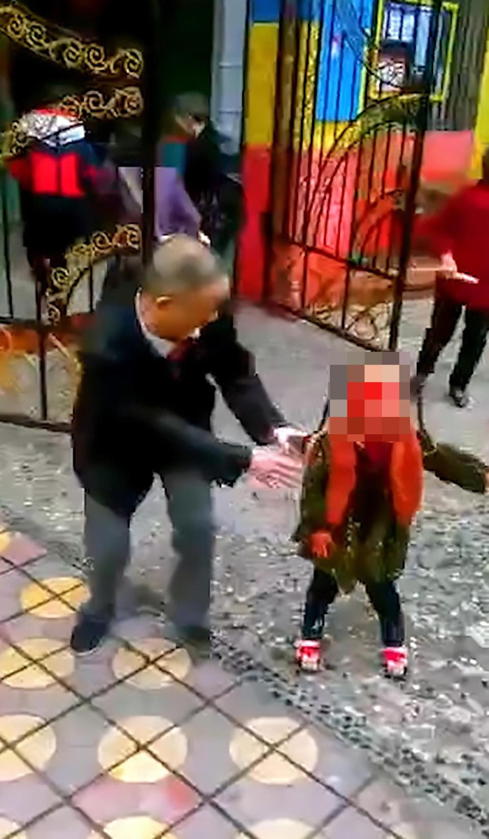 Trung Quốc: Người phụ nữ loạn trí cầm dao chặt thịt tấn công trường mẫu giáo, ít nhất 14 học sinh bị thương-2