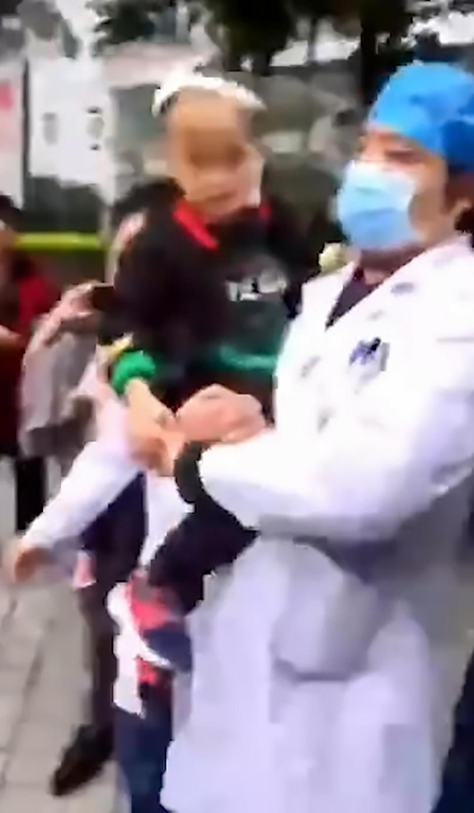 Trung Quốc: Người phụ nữ loạn trí cầm dao chặt thịt tấn công trường mẫu giáo, ít nhất 14 học sinh bị thương-4
