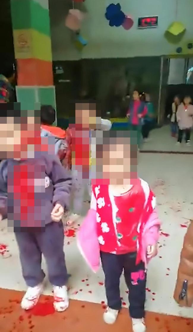 Trung Quốc: Người phụ nữ loạn trí cầm dao chặt thịt tấn công trường mẫu giáo, ít nhất 14 học sinh bị thương-5