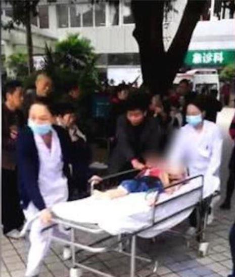 Trung Quốc: Người phụ nữ loạn trí cầm dao chặt thịt tấn công trường mẫu giáo, ít nhất 14 học sinh bị thương-6