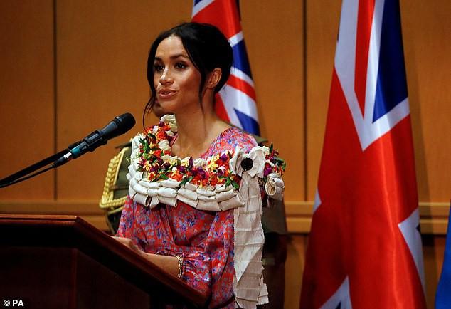 Hết giải quyết vụ bà Camilla, Hoàng gia Anh tiếp tục bị bố Meghan đòi quyền lợi với yêu cầu không thể sốc hơn-2