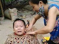 Cậu bé ham chơi chui đầu vào bu gà khiến dân mạng cười đau ruột, thi nhau kể chuyện nghịch dại tuổi thơ