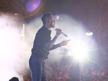 Đang diễn say mê, Tuấn Hưng bất ngờ ngừng hát để can ngăn khán giả xô xát trong liveshow