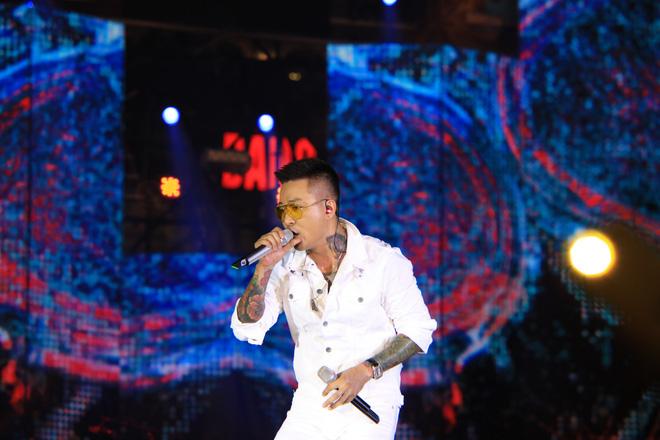 Đang diễn say mê, Tuấn Hưng bất ngờ ngừng hát để can ngăn khán giả xô xát trong liveshow-1