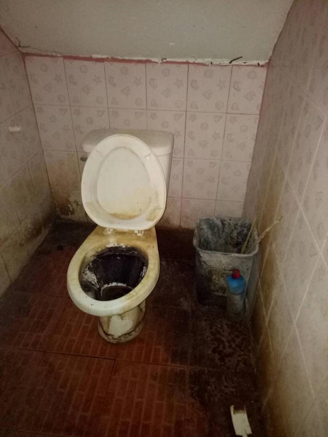 Cho chồng cũ thuê nhà, người phụ nữ khóc thét khi nhận phòng như bãi rác, bồn cầu đen kịt-4