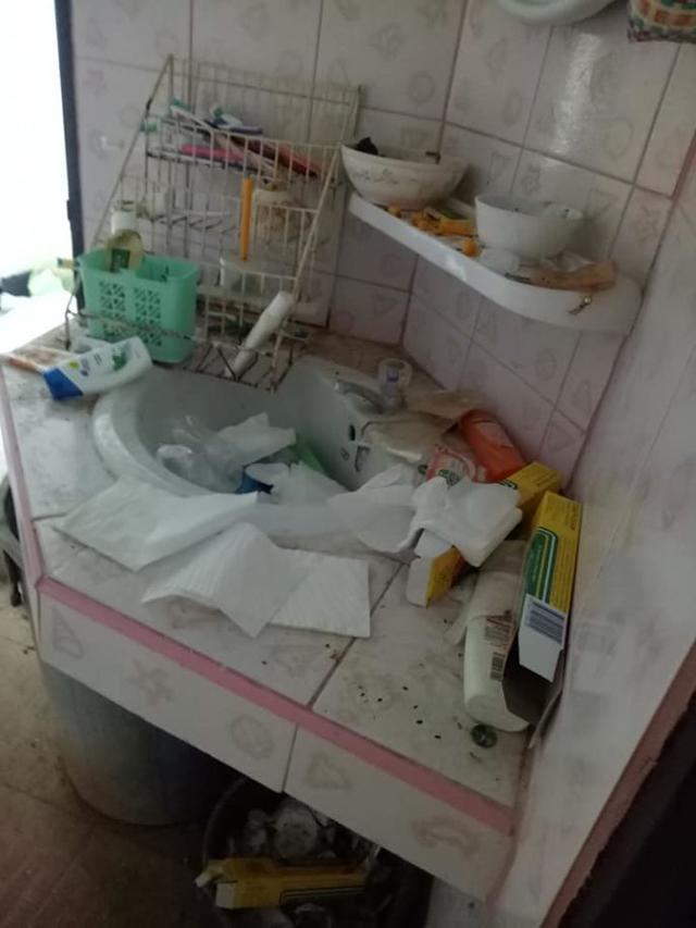 Cho chồng cũ thuê nhà, người phụ nữ khóc thét khi nhận phòng như bãi rác, bồn cầu đen kịt-5