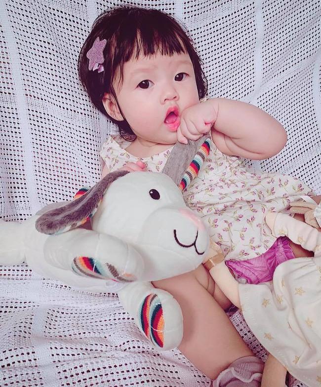 Hoa hậu Đặng Thu Thảo khoe ảnh con, cư dân mạng hết lời khen giống mẹ-1