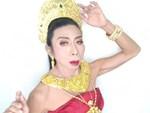 """Gái già"""" chuyển giới Thái Lan gây sốc khi uốn éo hôn tình trẻ trong sinh nhật tuổi 57-10"""