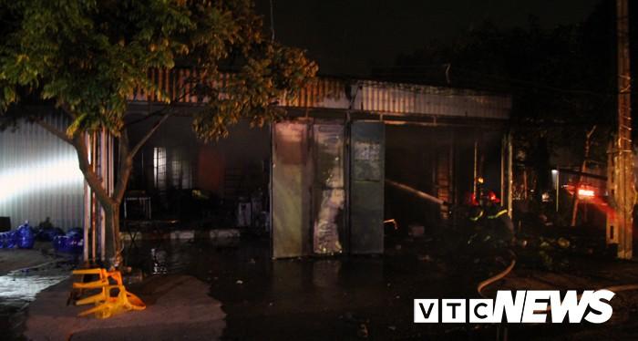 Mâu thuẫn gia đình, chồng đổ xăng đốt nhà khiến 3 người bỏng nặng-1