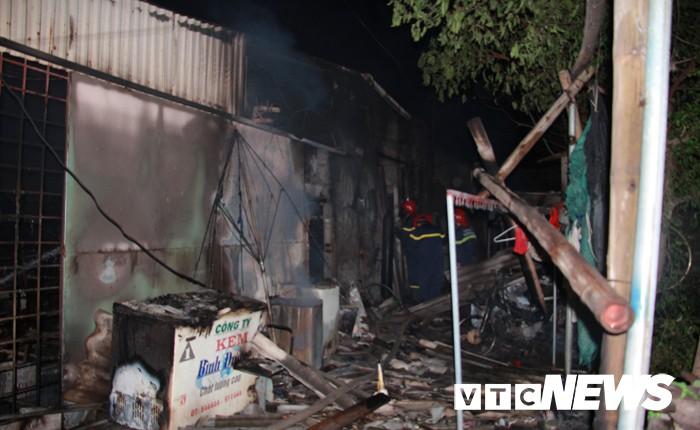 Mâu thuẫn gia đình, chồng đổ xăng đốt nhà khiến 3 người bỏng nặng-2