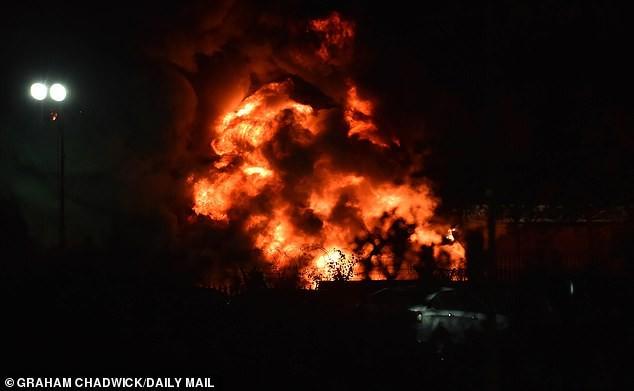 Cận cảnh chiếc trực thăng của tỷ phú Thái Lan trước khi rơi và phát nổ ngay bên ngoài SVĐ-8