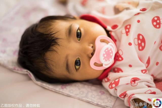 Bố mẹ bỏ vì bệnh, bé sơ sinh níu tay bà như nói Con ngoan không khóc, đừng bỏ con-1