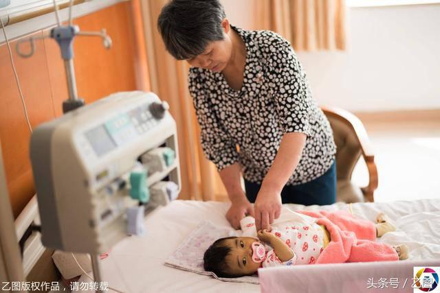 Bố mẹ bỏ vì bệnh, bé sơ sinh níu tay bà như nói Con ngoan không khóc, đừng bỏ con-2