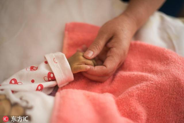 Bố mẹ bỏ vì bệnh, bé sơ sinh níu tay bà như nói Con ngoan không khóc, đừng bỏ con-3