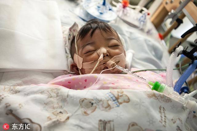 Bố mẹ bỏ vì bệnh, bé sơ sinh níu tay bà như nói Con ngoan không khóc, đừng bỏ con-4