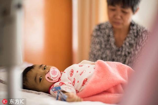 Bố mẹ bỏ vì bệnh, bé sơ sinh níu tay bà như nói Con ngoan không khóc, đừng bỏ con-6