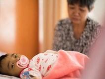 Bố mẹ bỏ vì bệnh, bé sơ sinh níu tay bà như nói