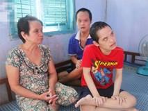 Rơi nước mắt cảnh mẹ già đi xin cơm từng bữa nuôi 2 con tâm thần cùng người chồng mù bệnh tật