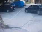 Hà Nội: Đỗ xe trên vỉa hè rồi bỏ đi mất, tài xế Camry được tặng thêm cục bê tông vào bánh trước-3