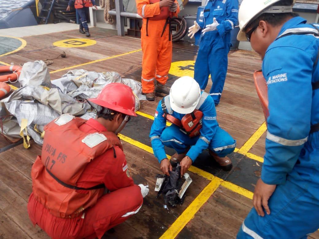 Lực lượng cứu hộ Indonesia đã tìm thấy máy bay chở 188 người rơi xuống biển gãy làm đôi-4