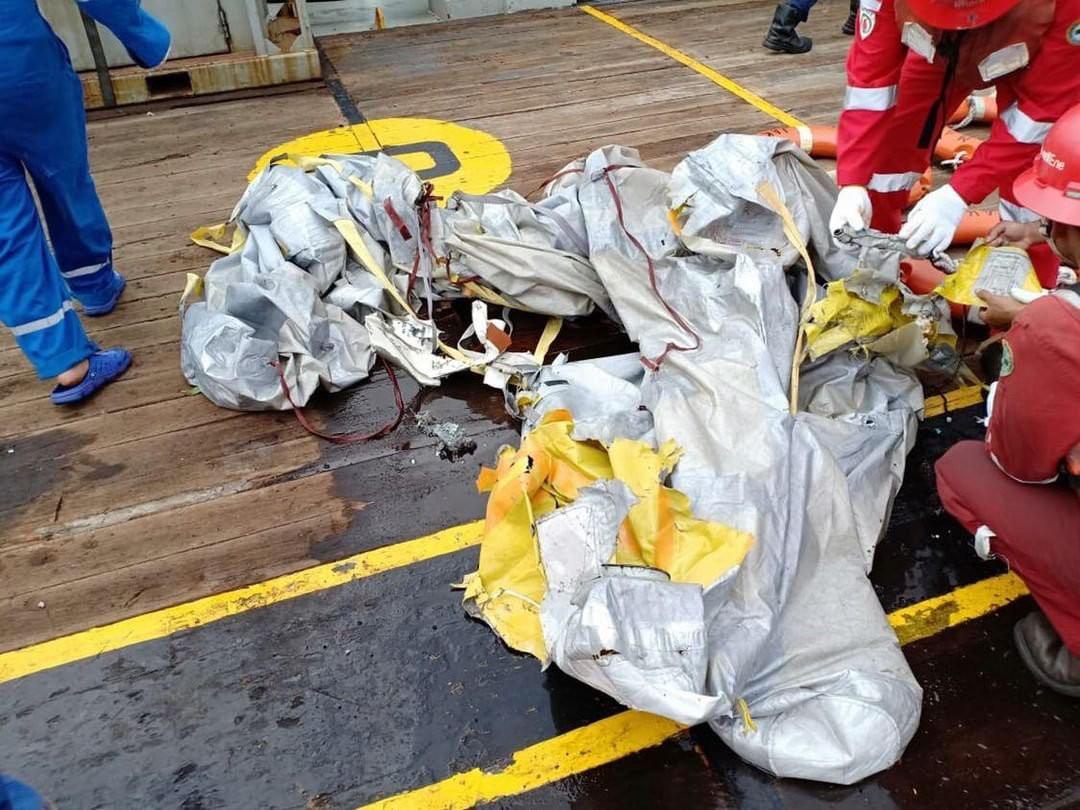 Lực lượng cứu hộ Indonesia đã tìm thấy máy bay chở 188 người rơi xuống biển gãy làm đôi-5