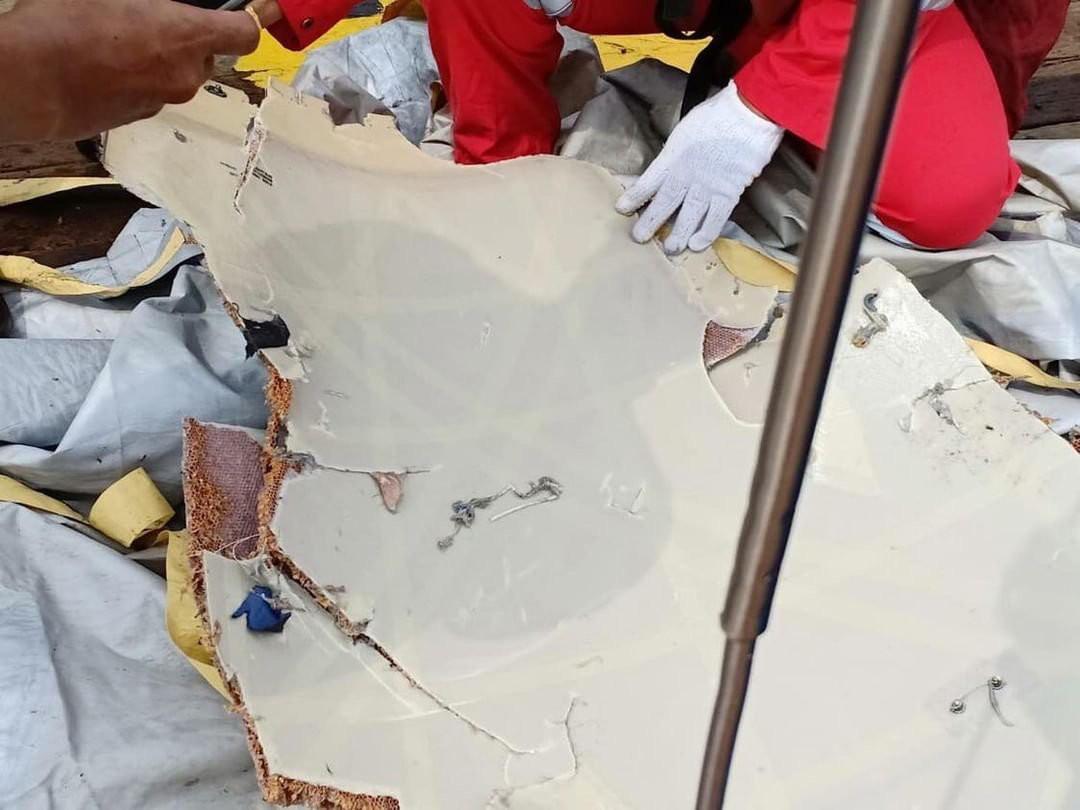 Lực lượng cứu hộ Indonesia đã tìm thấy máy bay chở 188 người rơi xuống biển gãy làm đôi-6