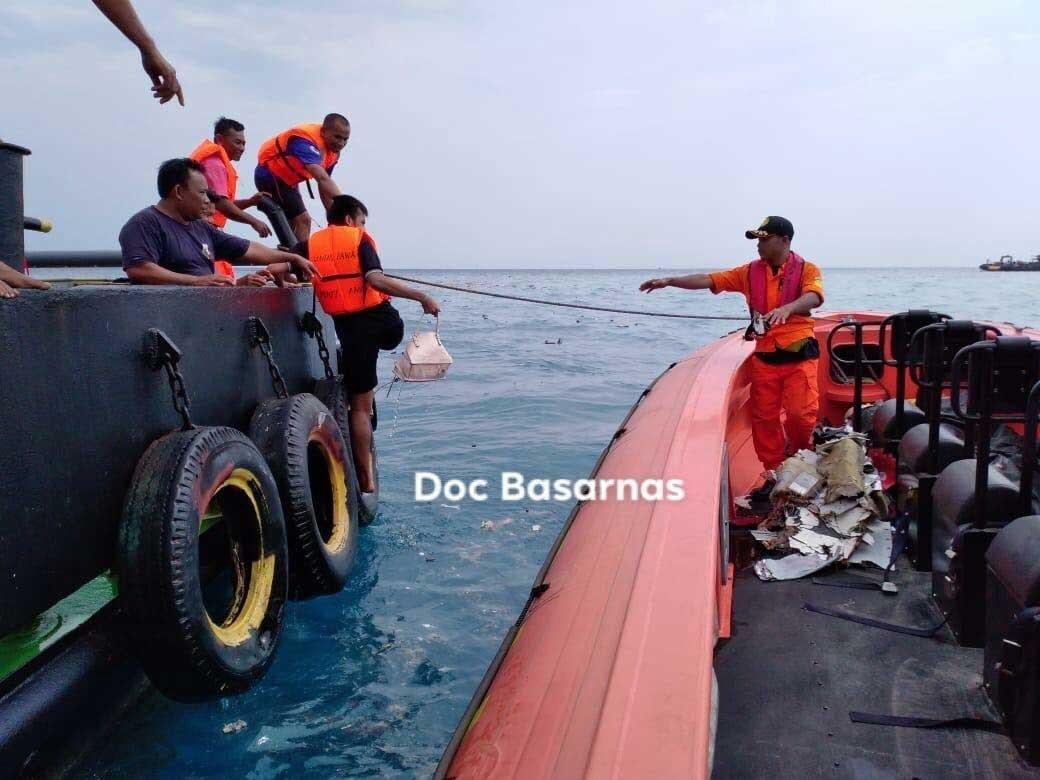 Xót xa trước hình ảnh những mảnh vỡ máy bay và đồ đạc của nạn nhân trong vụ tai nạn hàng không tại Indonesia-1