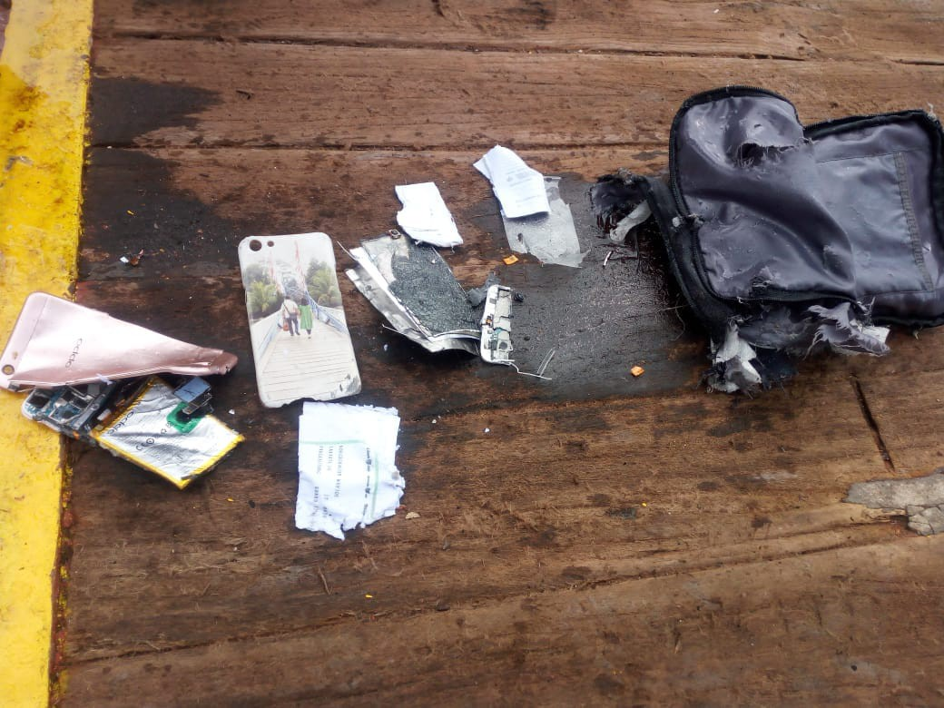 Xót xa trước hình ảnh những mảnh vỡ máy bay và đồ đạc của nạn nhân trong vụ tai nạn hàng không tại Indonesia-4