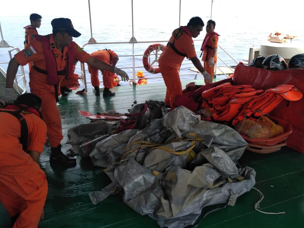 Xót xa trước hình ảnh những mảnh vỡ máy bay và đồ đạc của nạn nhân trong vụ tai nạn hàng không tại Indonesia-5