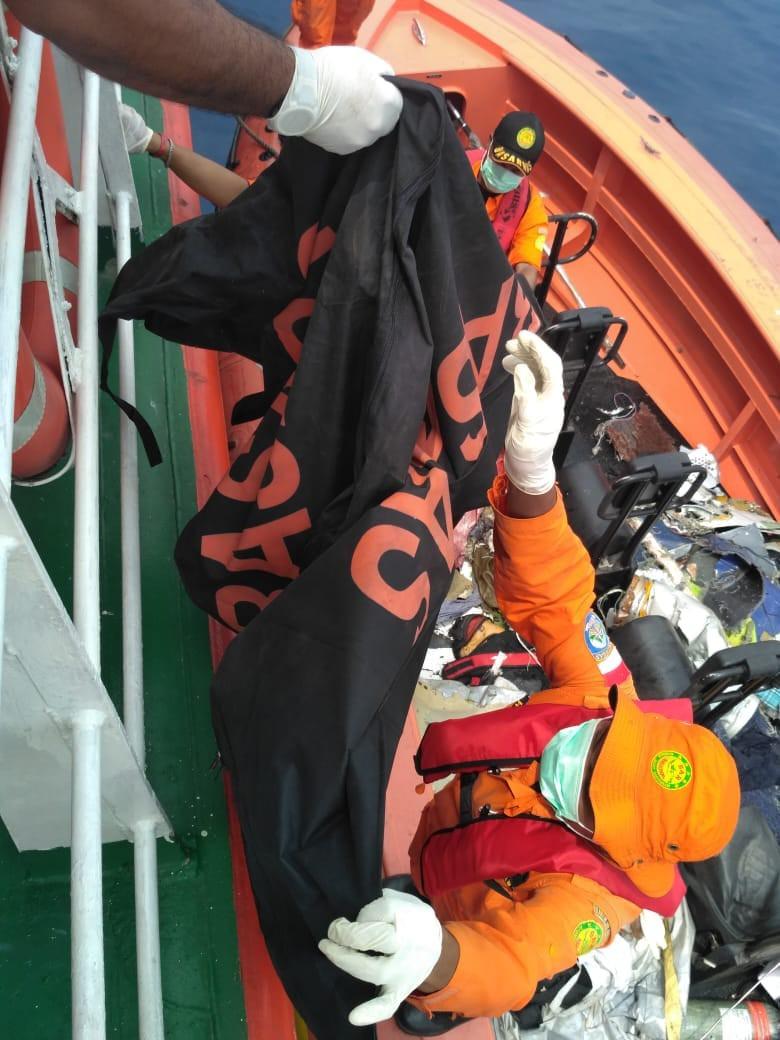 Xót xa trước hình ảnh những mảnh vỡ máy bay và đồ đạc của nạn nhân trong vụ tai nạn hàng không tại Indonesia-9