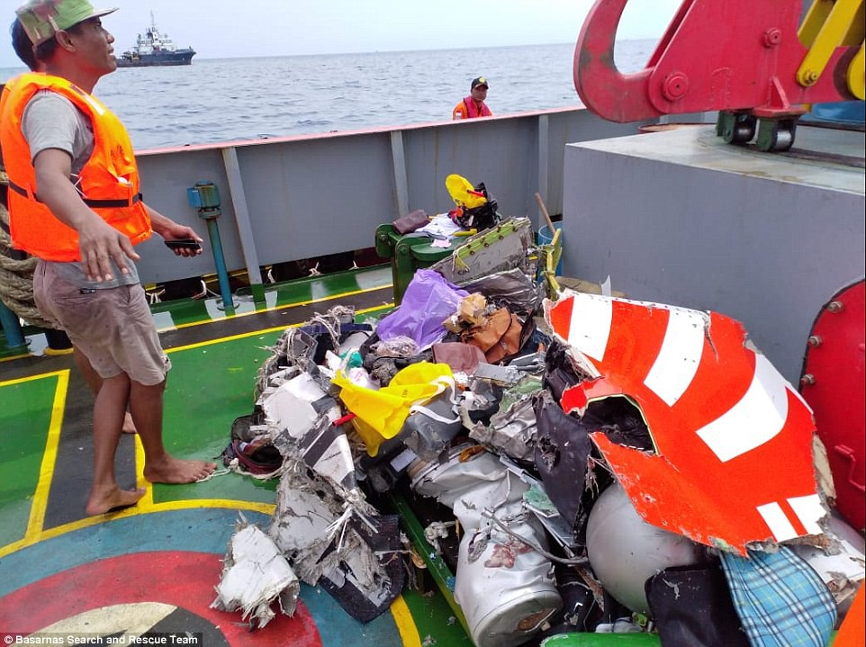 Xót xa trước hình ảnh những mảnh vỡ máy bay và đồ đạc của nạn nhân trong vụ tai nạn hàng không tại Indonesia-11