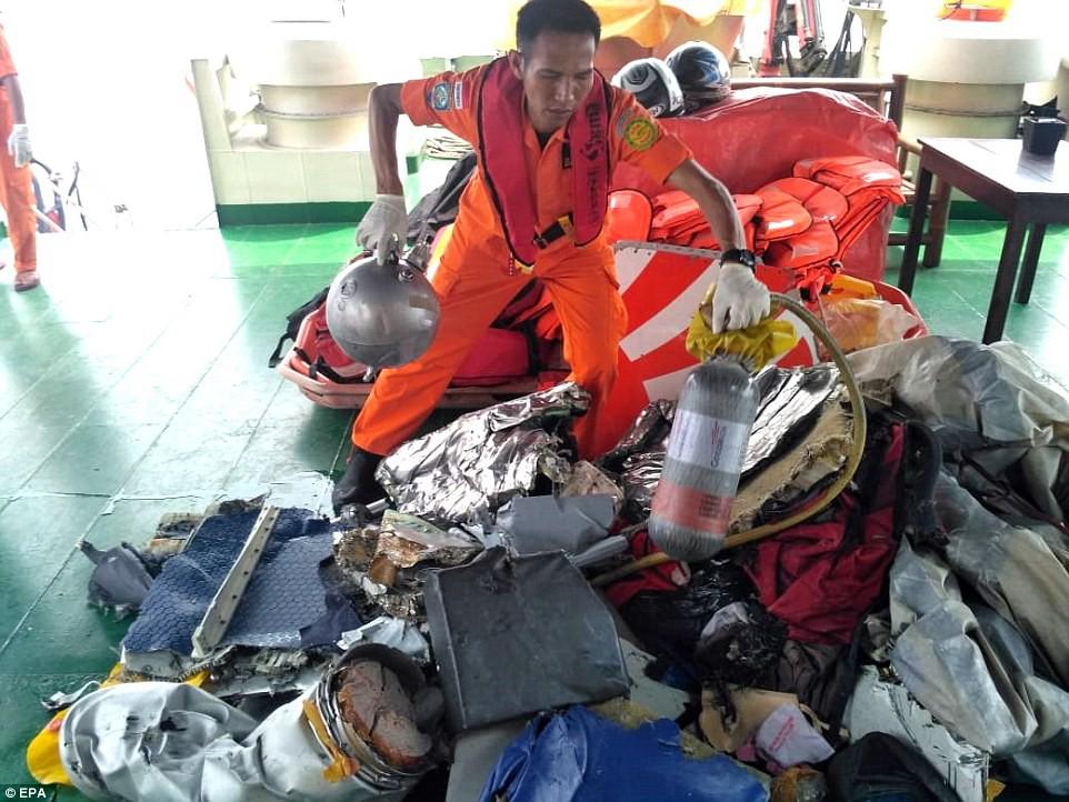 Xót xa trước hình ảnh những mảnh vỡ máy bay và đồ đạc của nạn nhân trong vụ tai nạn hàng không tại Indonesia-12