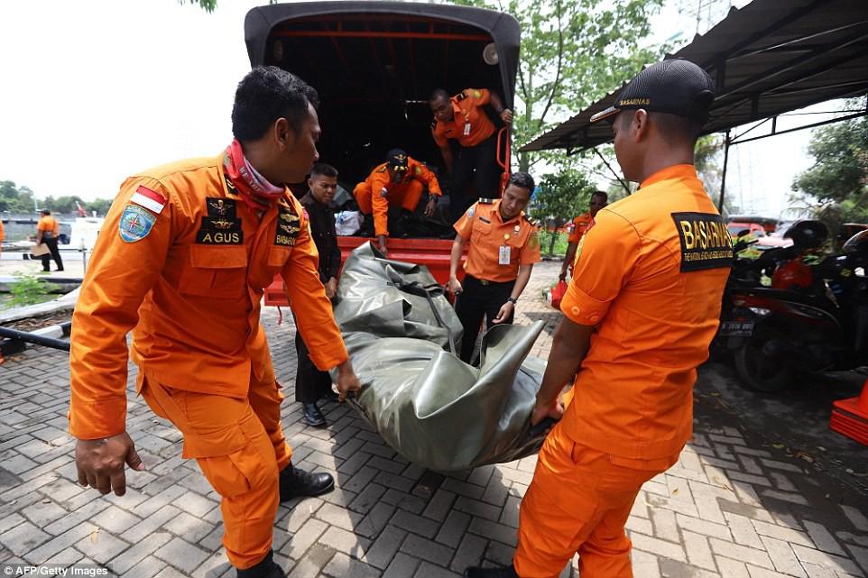 Xót xa trước hình ảnh những mảnh vỡ máy bay và đồ đạc của nạn nhân trong vụ tai nạn hàng không tại Indonesia-13