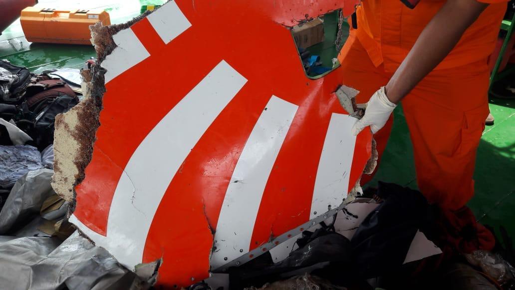 Xót xa trước hình ảnh những mảnh vỡ máy bay và đồ đạc của nạn nhân trong vụ tai nạn hàng không tại Indonesia-6