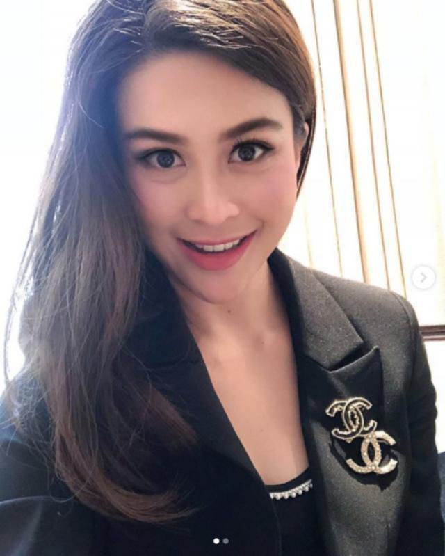Sự nghiệp không phải dạng vừa của nữ trợ lý tử nạn cùng chủ tịch Leicester - Á hậu Hoàn vũ Thái Lan-1
