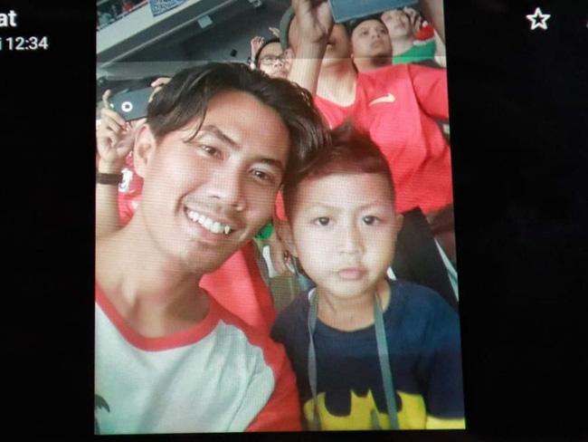 Rơi máy bay Indonesia: Xót xa bức ảnh nụ cười cuối cùng của hai bố con đi xem bóng đá, vĩnh viễn không trở về-2