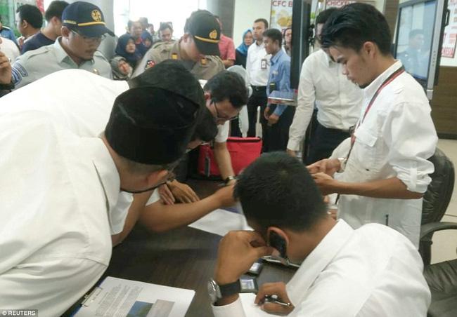 Rơi máy bay Indonesia: Xót xa bức ảnh nụ cười cuối cùng của hai bố con đi xem bóng đá, vĩnh viễn không trở về-4