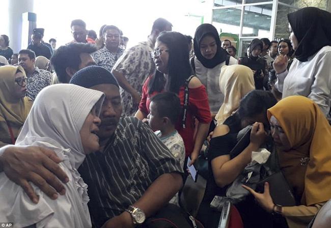 Rơi máy bay Indonesia: Xót xa bức ảnh nụ cười cuối cùng của hai bố con đi xem bóng đá, vĩnh viễn không trở về-7