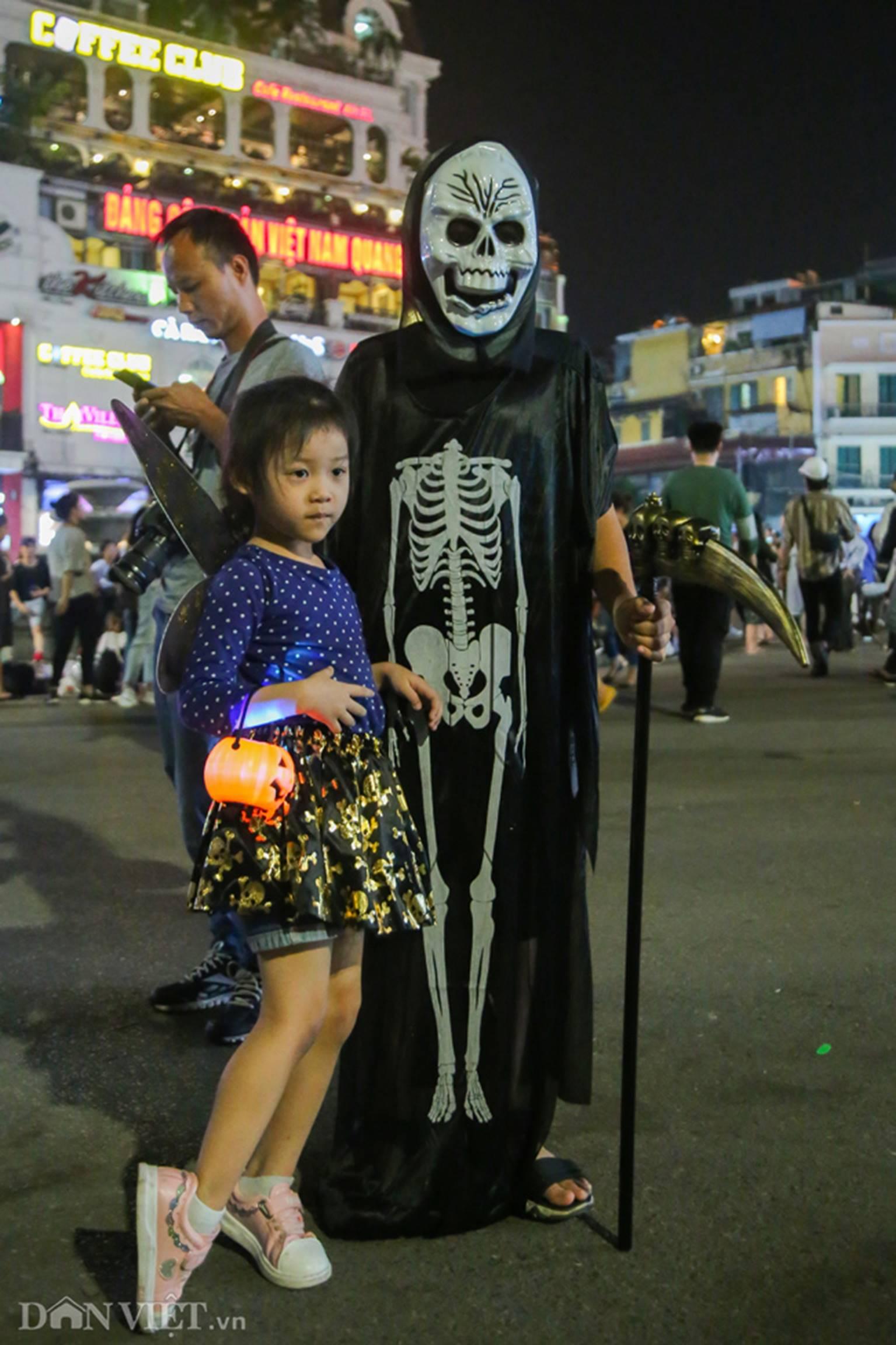Hú vía gặp ma quỷ dạo chơi trên phố Hà Nội-7