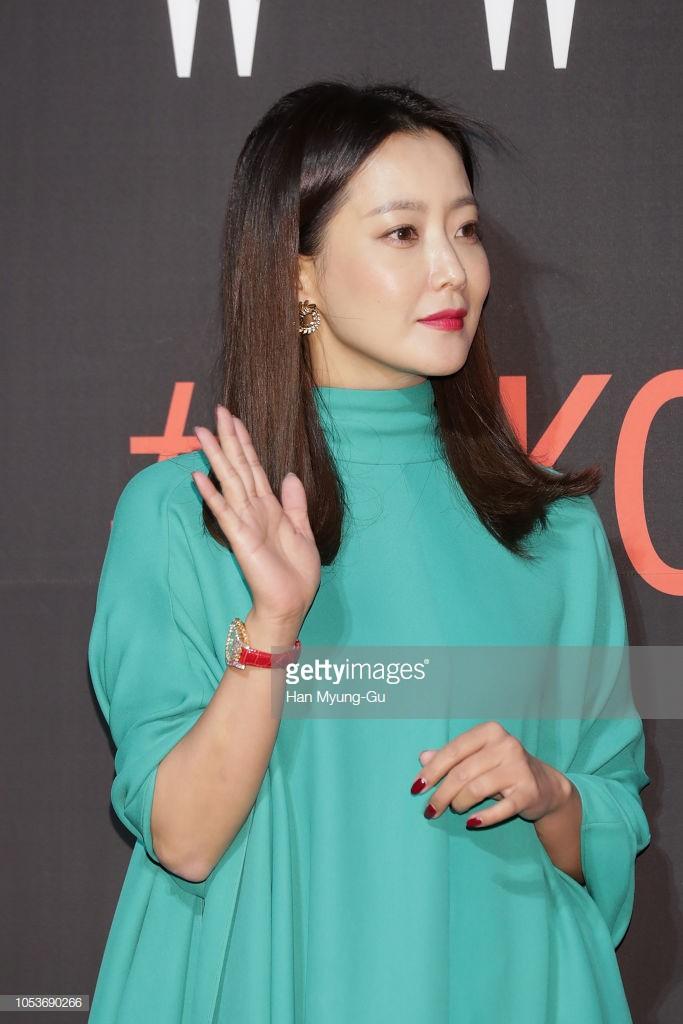 Nhan sắc trẻ trung bất chấp tuổi 41 của Kim Hee Sun cũng không thể cứu vãn nổi ca mặc khó hiểu, kém duyên này-1