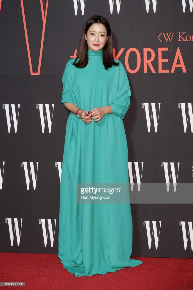 Nhan sắc trẻ trung bất chấp tuổi 41 của Kim Hee Sun cũng không thể cứu vãn nổi ca mặc khó hiểu, kém duyên này-5