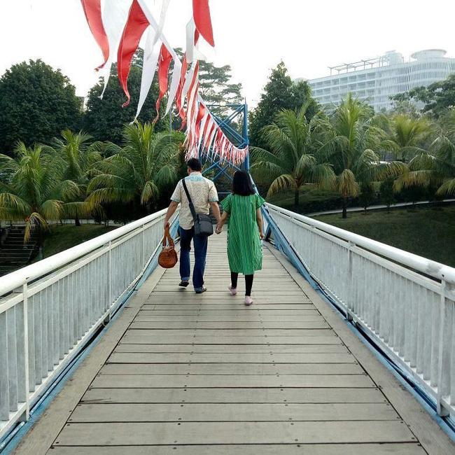 Bức hình ám ảnh gây xúc động mạnh trong tai nạn máy bay rơi ở Indonesia: Đôi vợ chồng nắm tay nhau đi đến thiên đường-3