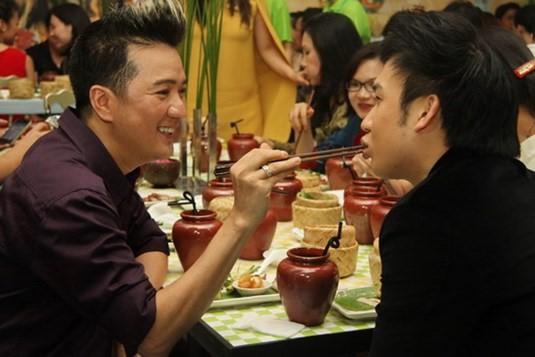 Gia đình quyền lực và sóng gió bậc nhất showbiz: Hoài Linh không nhìn mặt, Dương Triệu Vũ lại dính tin đồn yêu Mr. Đàm-7