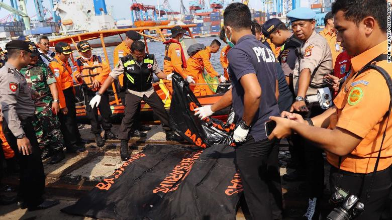 Đội cứu hộ Indonesia mang 21 túi đựng thi thể nạn nhân vụ máy bay Lion Air rơi về nơi nhận dạng-1