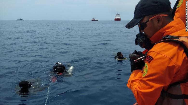 Đội cứu hộ Indonesia mang 21 túi đựng thi thể nạn nhân vụ máy bay Lion Air rơi về nơi nhận dạng-3