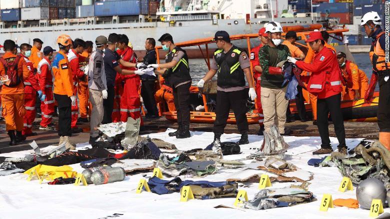Đội cứu hộ Indonesia mang 21 túi đựng thi thể nạn nhân vụ máy bay Lion Air rơi về nơi nhận dạng-4